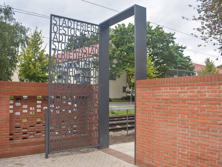 Der neue Nebeneingang des Stadtfriedhofs Stöcken