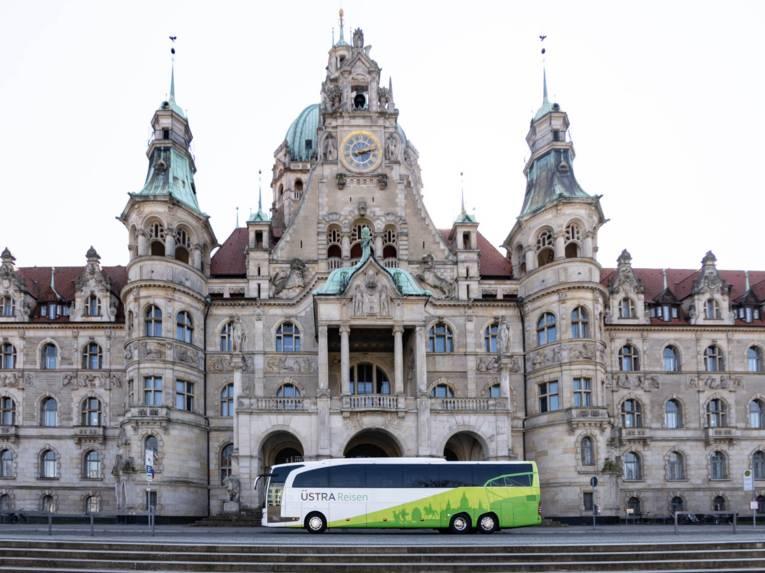 Ein Reisebus vor dem Neuen Rathaus Hannover.