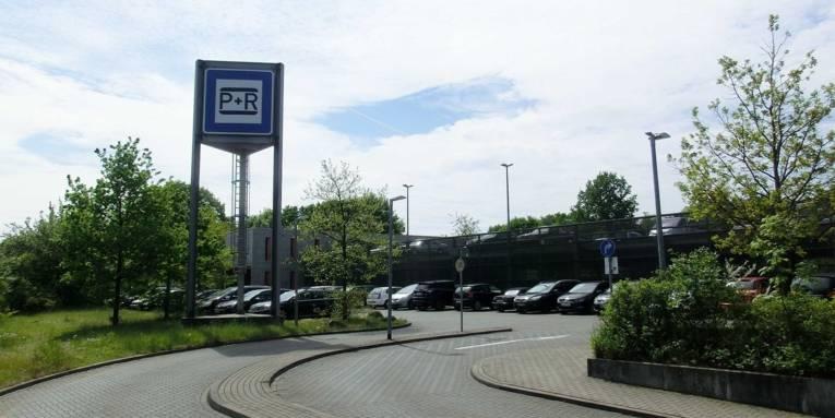 Parkplatz und Parkhaus mit parkenden Autos