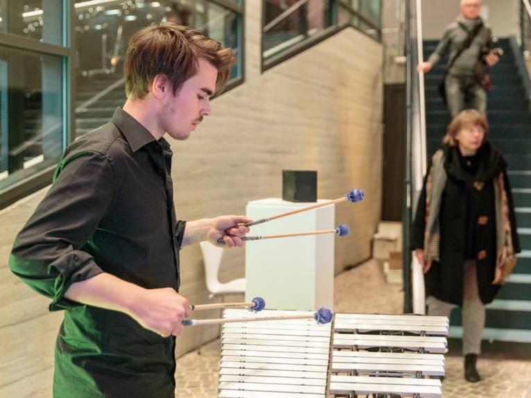 Ein junger Mann spielt Xylofon