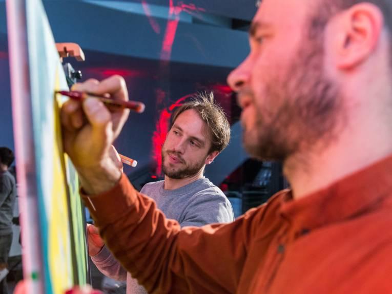 Zwei Männer malen ein Bild