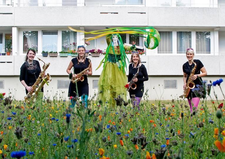 """Vier Musikerinnen und ein """"Walking Act"""""""