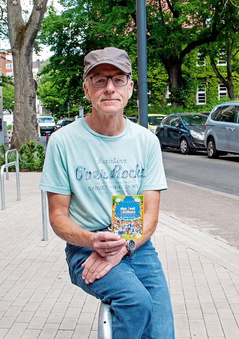 Ein Mann, der eine Postkarte in der Hand hält.