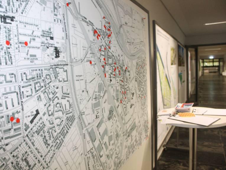 Stadtplan auf dem Besucherinnen und Besucher rote Punkt geklebt haben