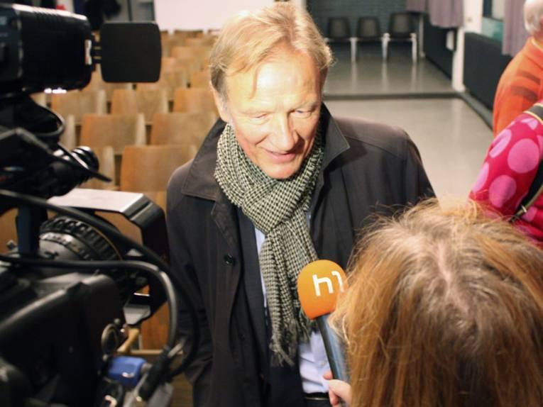 Der Baudezernent gibt dem Fernsehsender h1 ein Interview