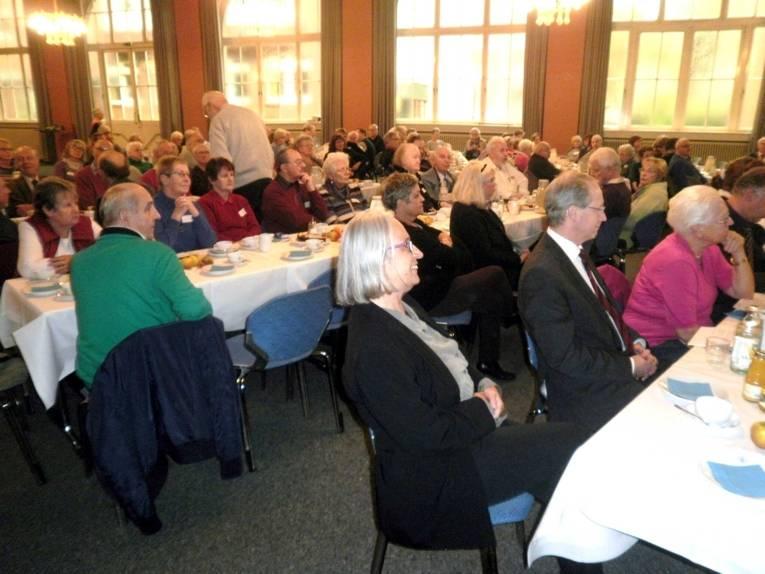 Tischreihen mit Delegierten des Seniorenbeirats