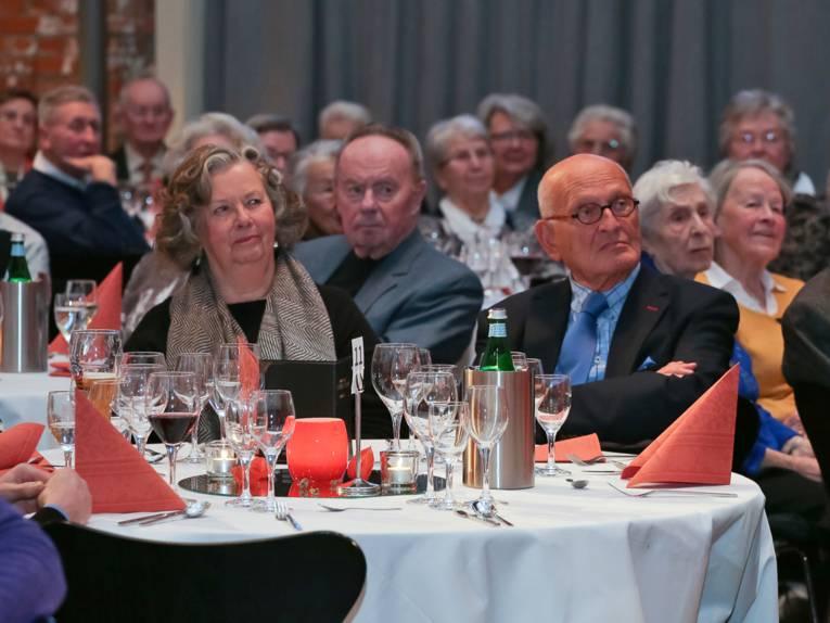 Unter den Gästen der Gala befanden sich auch Frau Monika Stadtmüller, Vorsitzende des Seniorenbeirates Hannover, und der ehemalige Oberbürgermeister Herbert Schmalstieg, die hier im Publikum an einem festlich gedeckten Tisch sitzen und dem Programm folgen.