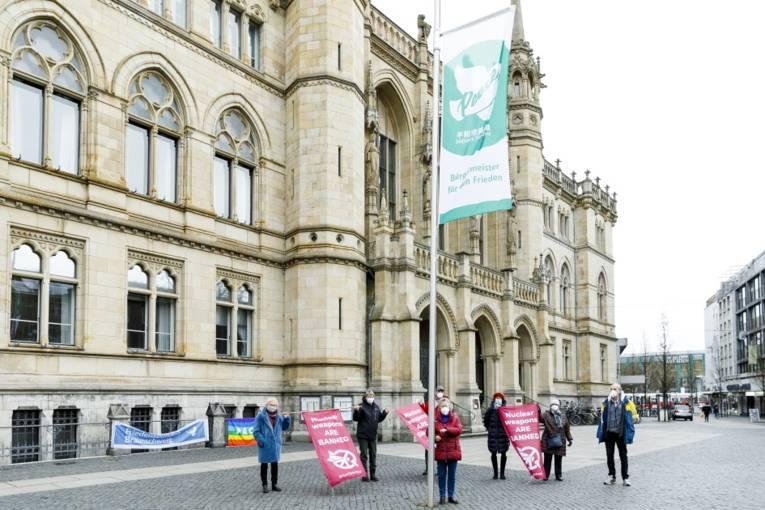 Menschen mit Bannern