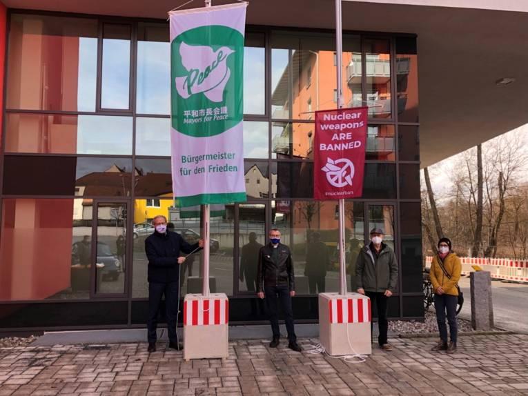 Menschen mit einer Flagge und einem Banner