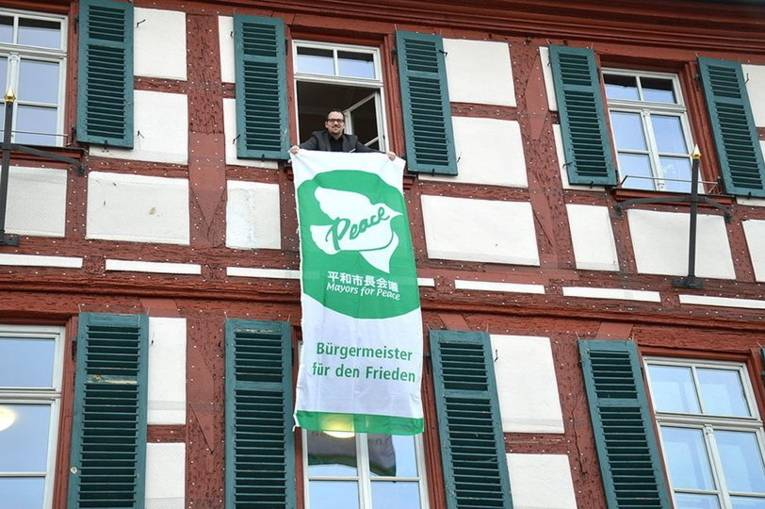 Ein Mann hält eine Fahne