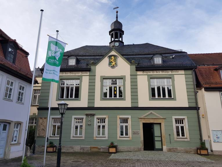 Vor dem Rathaus in Bad Blankenburg weht die Mayors for Peace Fahne