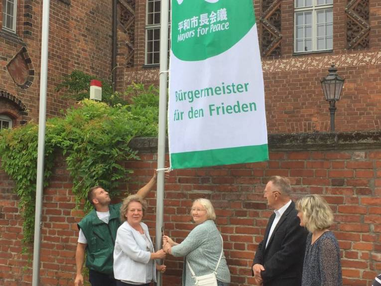 Das Hissen der Bürgermeister für den Frieden Flagge in Brandenburg/Havel.