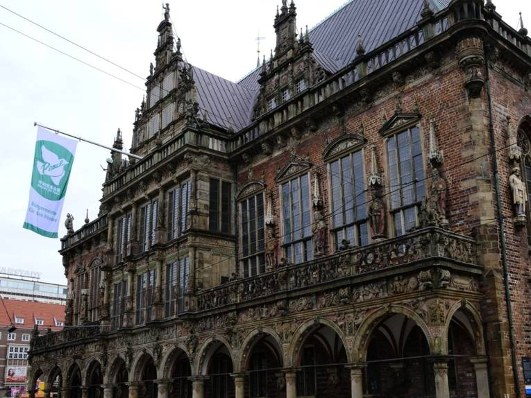 Die Mayors-for-Peace-Flagge weht an einem Haus