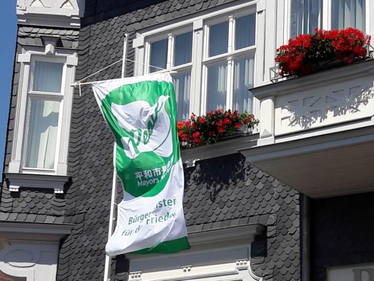 Vor dem historischen Schiefer-gedeckten Rathaus von Friedrichroda weht die Mayors for Peace Fahne.