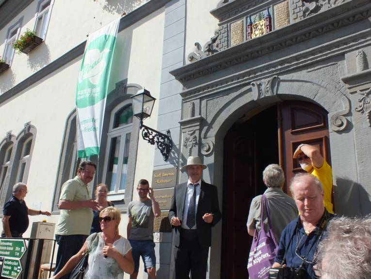 Vor dem Rathaus der Stadt Ilmenau wurde die Fahne der Bürgermeister-für-den-Frieden gehisst.