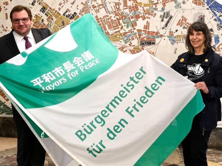 OB Frank Meyer und Ingrid Vogel vom Krefelder Friedensbündnis.