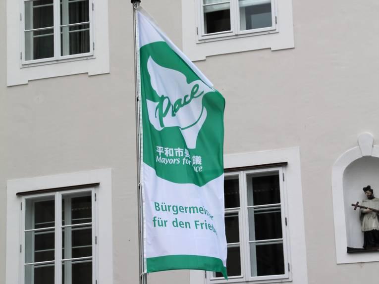Die Bürgermeister für den Frieden-Flagge hängt vor dem Neuen Rathaus in Passau.