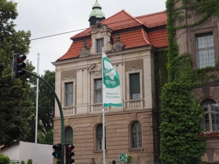 Flagge vor Gebäude