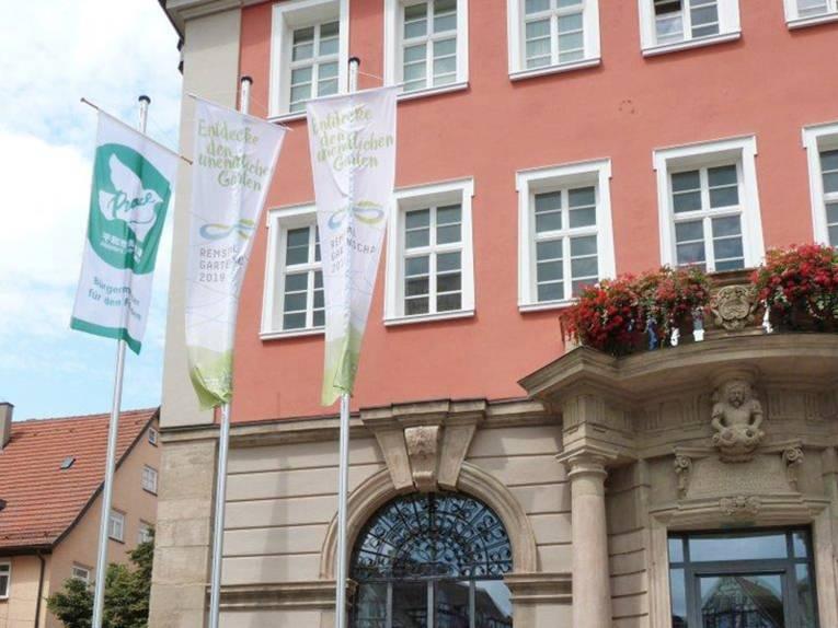 Vor dem Schorndorfer Rathaus weht die Bürgermeister-für-den-Frieden-Flagge.