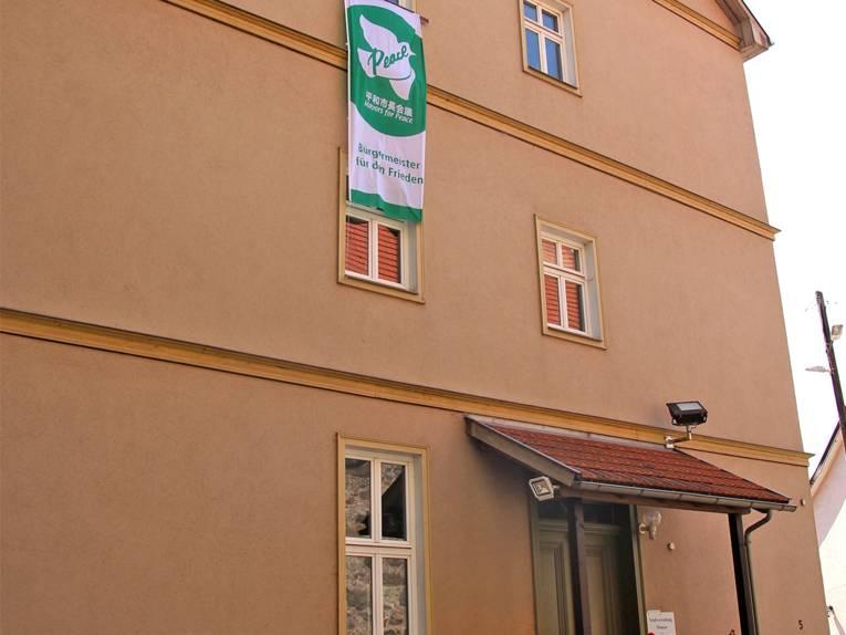 Die Mayors for Peace Flagge hängt an einem Gebäude der Stadtverwaltung Themar.