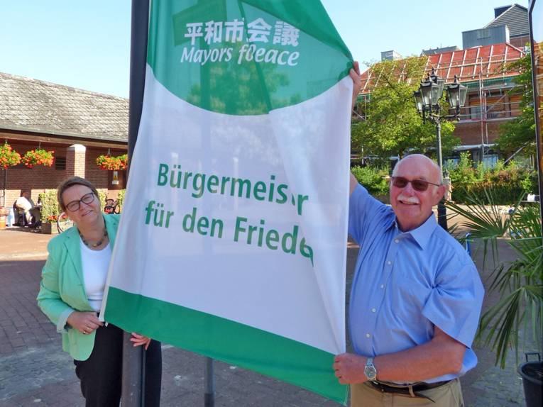 Die Bürgermeisterin von Walsrode, Helma Spöring, beim Hissen der Mayors-for-Peace-Flagge