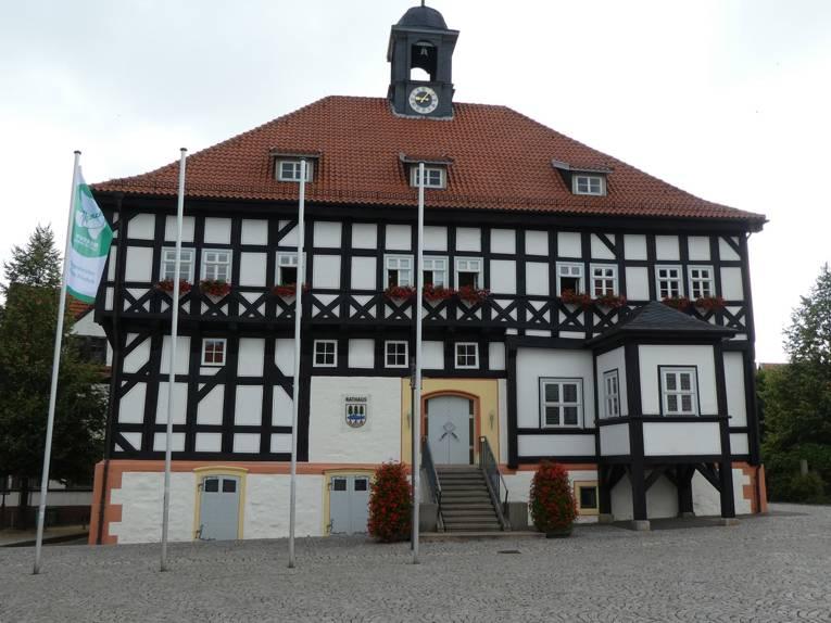 Am Fahnenmast vor dem Fachwerk-Rathaus in Waltershausen weht die grün-weiße Mayors-for-Peace-Flagge.