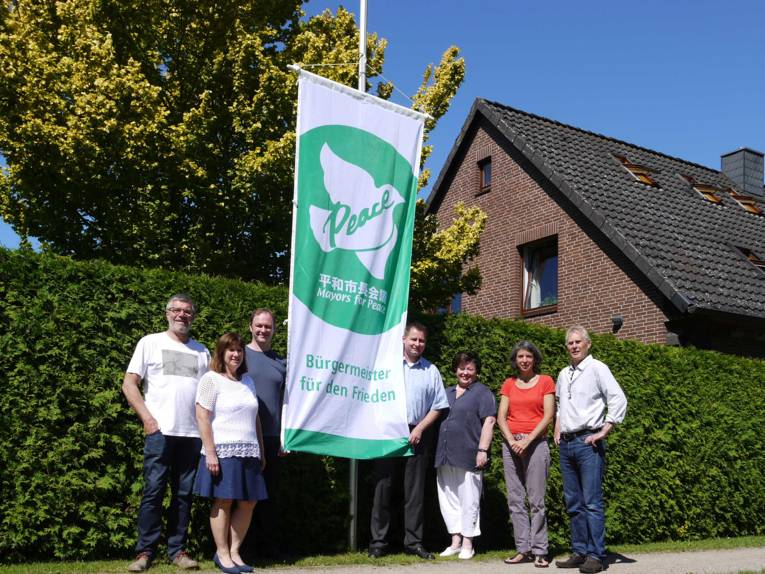 Vor der Grundschule von Wendisch Evern wurde die Mayors for Peace Fahne gehisst.