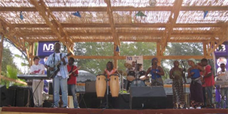 Auf einer Open-Air-Bühne performen Musiker