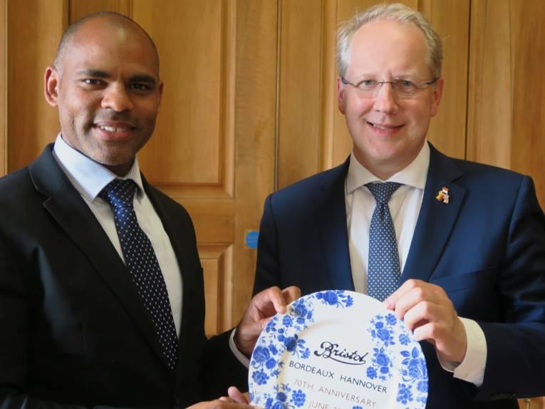 Austausch von Geschenken mit Bürgermeister Marvin Rees (Bristol) und Oberbürgermeister Stefan Schostok