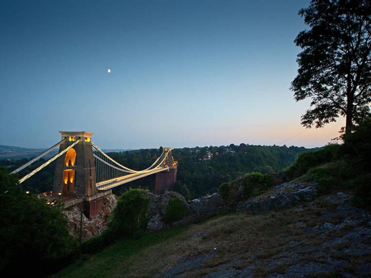 Die 412 Meter lange Clifton Suspension Bridge, das Wahrzeichen der Stadt, überquert die Schlucht des Avon Rivers.