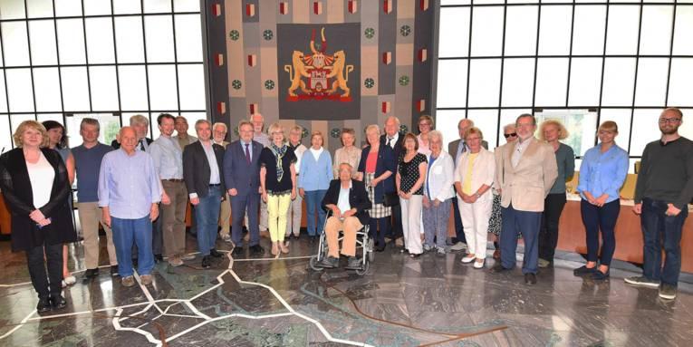 Besuchergruppe in einer Halle.