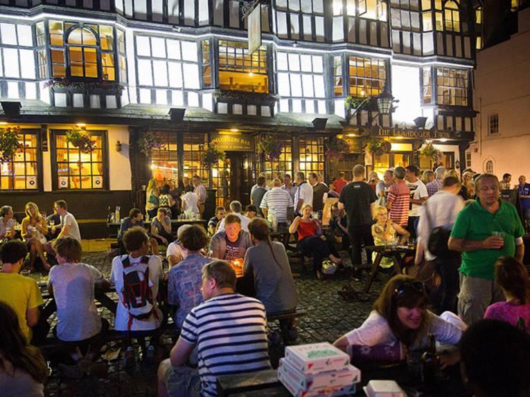 Ein Sommerabend vor der Smugglers Bar in der King Street, beliebter Treffpunkt in Bristol.