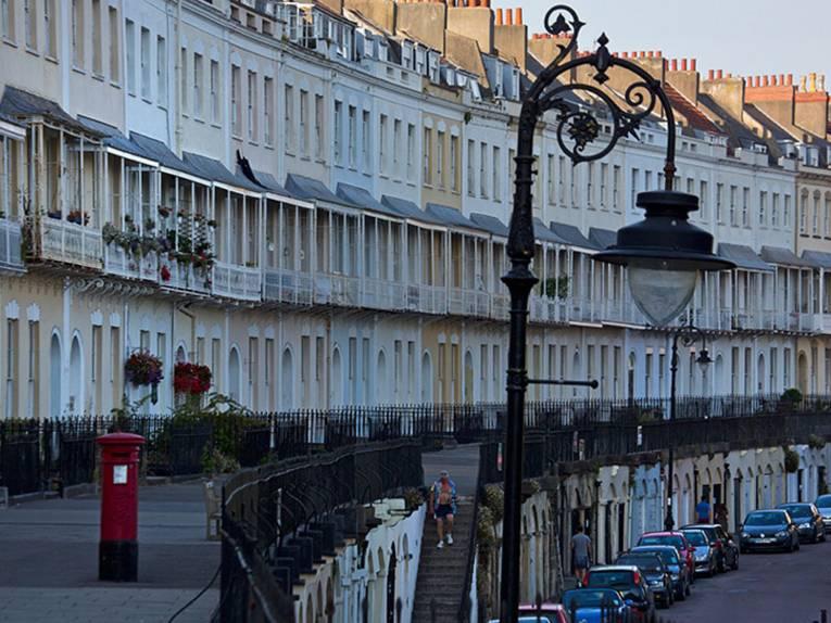 Straße mit alten Häusern in Clifton, einem der schönsten Viertel Bristols.