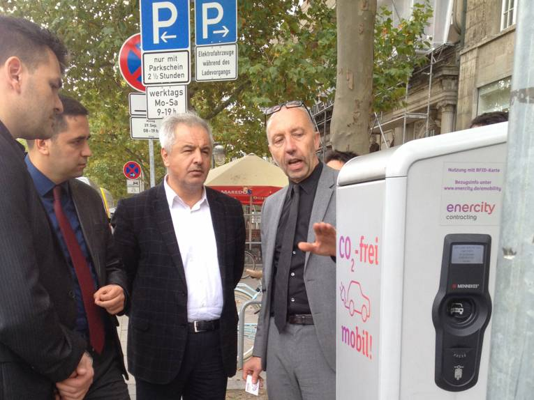 Raimund Nowak informs Ercan Urslu about the charging of VW's electrically powered eUP on Hannover's Georgstrasse