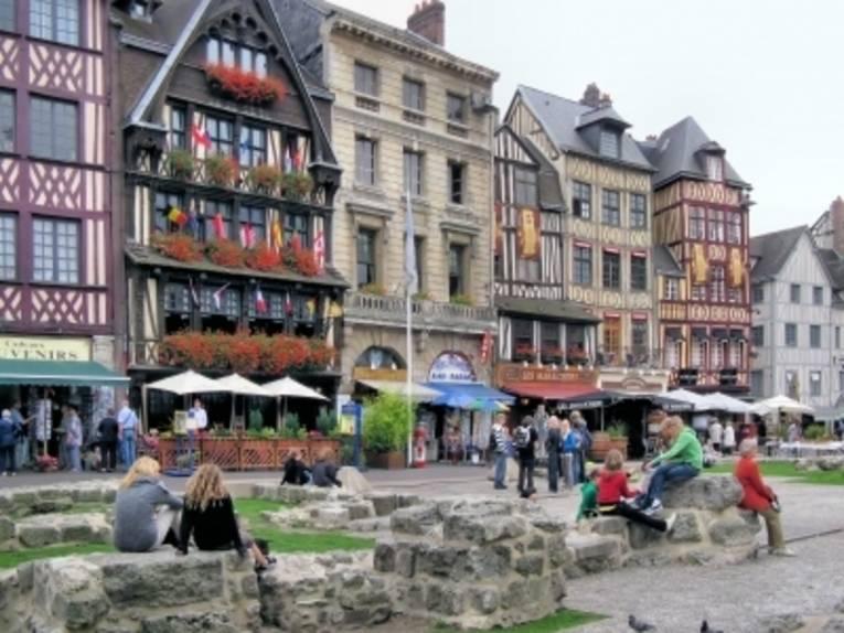 Jugendliche auf dem Marktplatz von Rouen