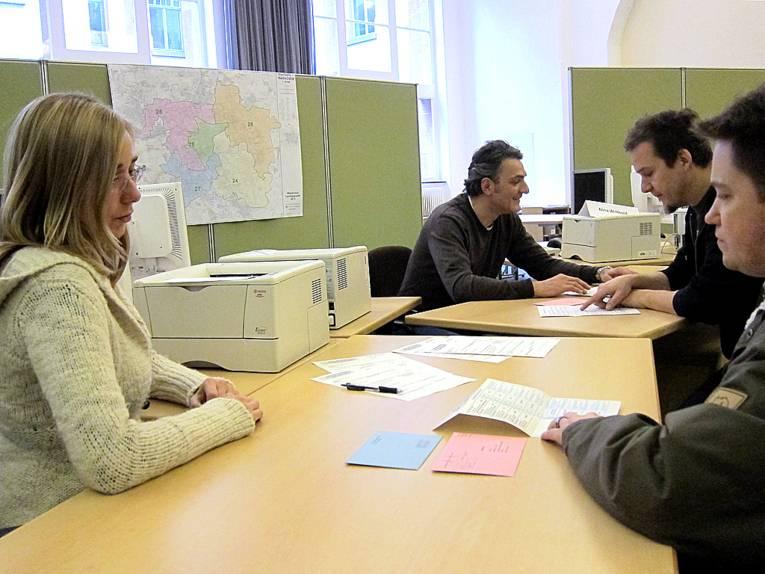 Nachgestellte Szene eines Informationsgesprächs zwischen Wahlhelfern und Wählern