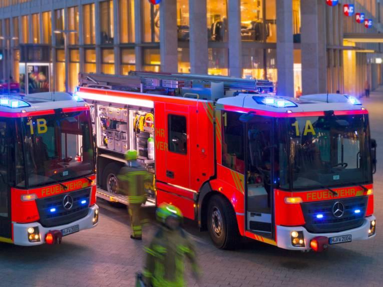 Zwei Autos der Feuerwehr Hannover
