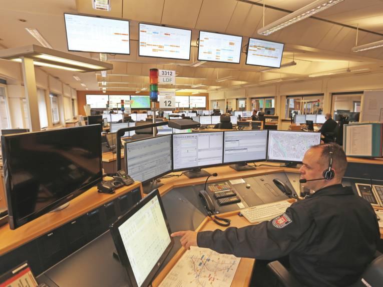 Ein Disponent der Regionsleitstelle sitzt vor mehreren Bildschirmen