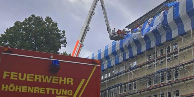 Am Gebäude des Finanzamtes Hannover Mitte stürzten in ca. 20 m Höhe Teile eines Baugerüstes ein.