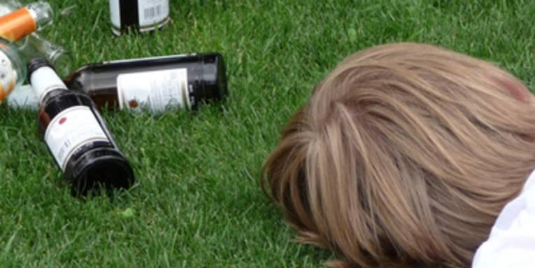 Junge mit leeren Bierflaschen