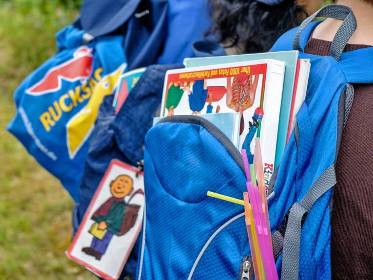 Nahaufnahme von zwei Rucksäcken für Schülerinnen und Schüler