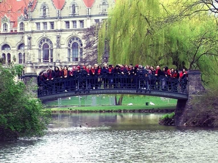 Eine Gruppe Stadtteilmütter auf einer Brücke im Maschpark