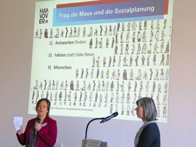 Frau Dr. Mardorf und Frau Sauermann halten mit Hilfe einer Powerpoint-Präsentation einen Vortrag.