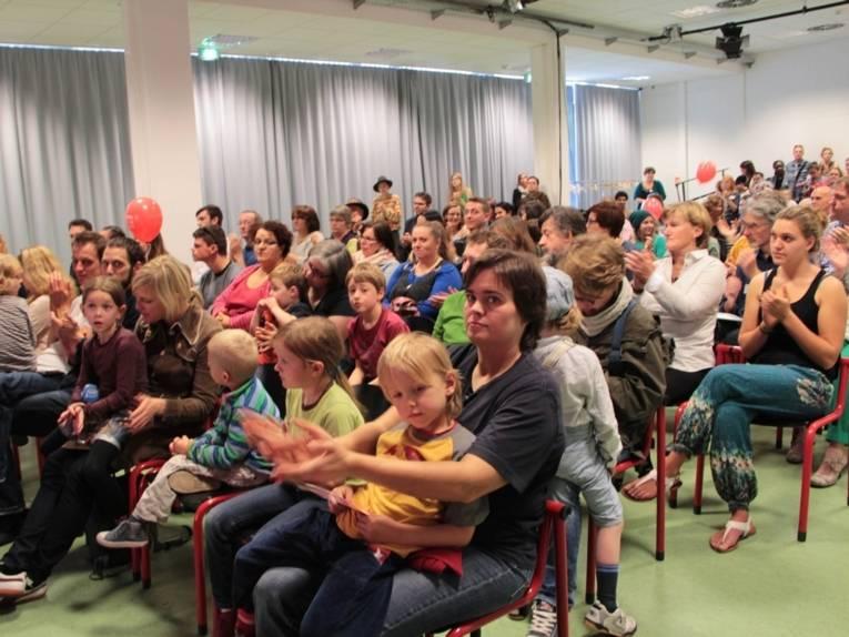Vollbesetzter Zuschauerraum im Kleinen Saal im Pavillon am Raschplatz bei der Begrüßung zum Familiensonntag.