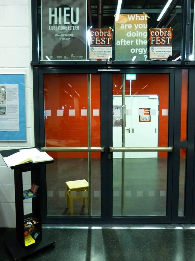 Der Durchgang vom Foyer des Pavillons zur theaterwerkstatt Hannover. Die Türen sind geschlossen.