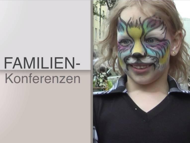 "Ein als Fabelwesen geschminktes Kind neben dem Schriftzug ""Familienkonferenzen"""