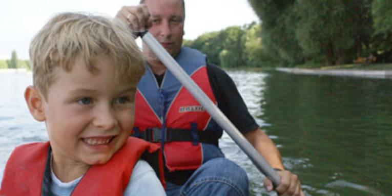 Vater und Sohn paddeln gemeinsam