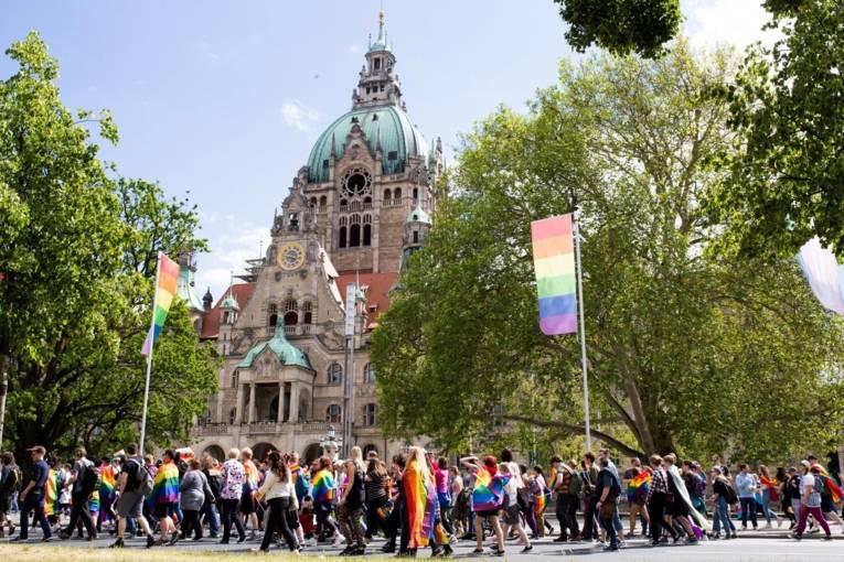 Teilnehmer*innen der CSD-Parade vorm Neuen Rathaus