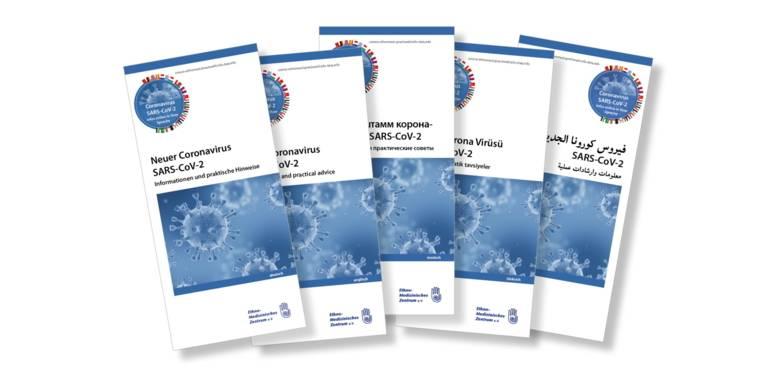 Fünf Flyer mit Informationen über das Coronavirus auf unterschiedlichen Sprachen