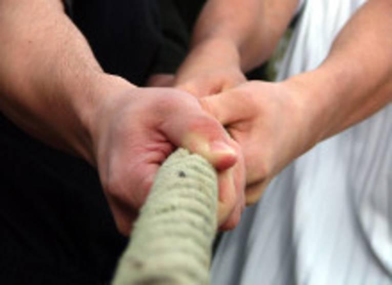 Hände ziehen an einem Strang (Symbolfoto)